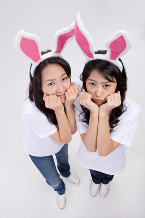 lapin: Two Asian women posing in a studio as wearing bunny ear headband Banque d'images
