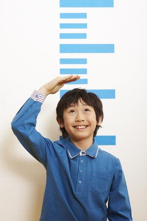 Joven, asiático, niño, medición, su, altura