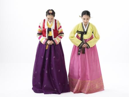 두 한국 여성 tradtional 제복 스튜디오에서 활을 포즈로 입고