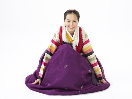 한국어 여자 모피 조끼와 함께 전통적인 의상을 입고 활짝 스튜디오에서 포즈 스톡 콘텐츠