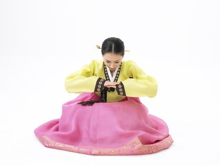 한국 여성의 전통 의상을 핑크 스커트로 스튜디오에서 포즈로 입고 스톡 콘텐츠