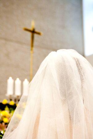 교회에서기도하는 여자의 후면보기 스톡 콘텐츠