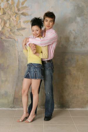 恋に抱きしめるアジアのスタイリッシュなカップルの肖像