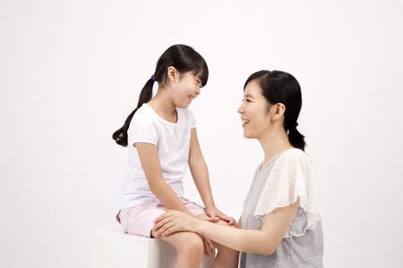 Aziatische moeder en dochter met plezier met lach geïsoleerd op wit