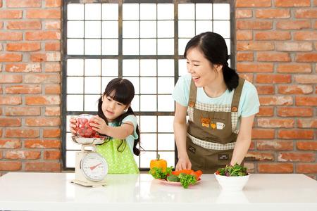 아시아계 어머니와 딸의 무게