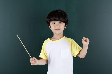 アジアの少年指揮者黒板背景の演出