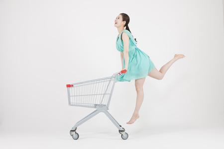 흰색으로 격리 장바구니와 함께 점프 아시아 젊은 여자