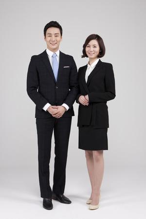 흰색으로 격리 미소로 아시아 젊은 부부