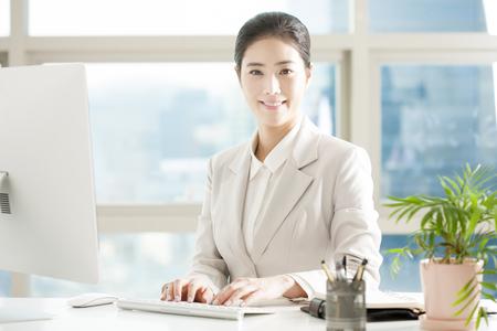 Mujer de negocios asiáticos trabajando con escritorio