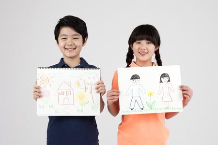 Lves de l & # 39 ; école élémentaire asiatiques avec dessin isolé sur blanc Banque d'images - 87238622