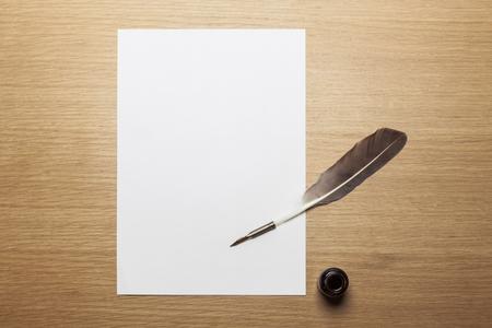 Feder Federkiel und Papier auf Holztisch