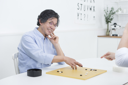 jugando ajedrez: Asian father and son playing chess