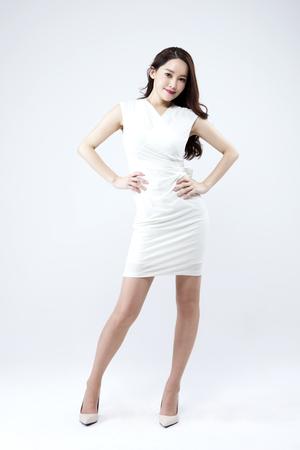 Aziatische mooie vrouw die zeker geïsoleerd op wit kijkt Stockfoto