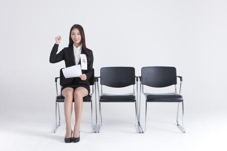 アジアの女性のスーツは、白で隔離の就職の面接を待っています。