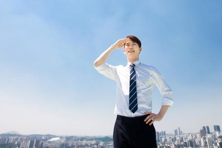푸른 하늘에 맞게 아시아 남자
