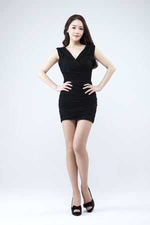 femme asiatique belle , regardant , confiant , isolé , blanc