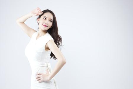 Asian bella donna che guarda fiducioso isolato su bianco Archivio Fotografico - 89059922