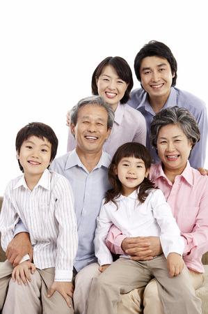 famille asiatique mignon famille posant dans le studio - isolé sur blanc Banque d'images