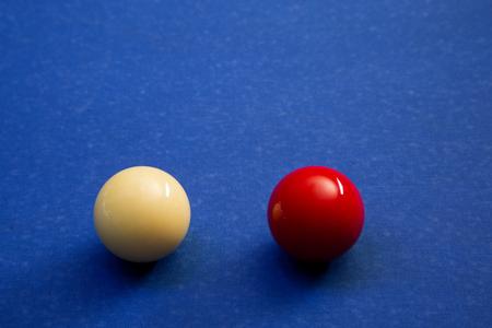 Jouer au billard sur la table de billard. 054
