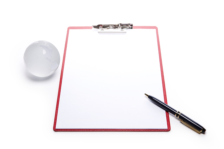 Een zwart papier houder op een witte achtergrond