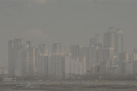 La vue sur la ville, couverte de poussière. fines poussières recouvrant l'air. 067 Banque d'images