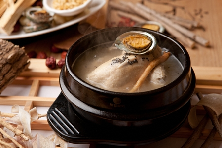 Korean cuisine samgaetang, ginseng chicken soup with abalones Stockfoto