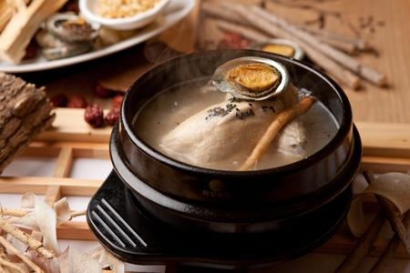 Korean cuisine samgaetang, ginseng chicken soup with abalones Standard-Bild