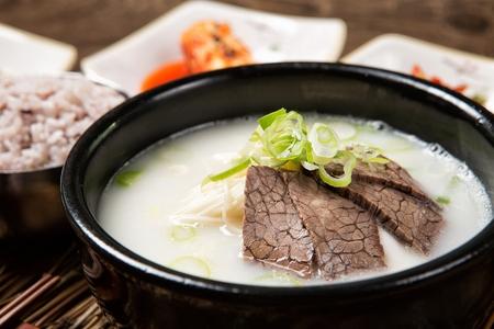 Cuisine coréenne Seolleongtang, bouillon à base d'os de bœuf, poitrine et autres coupes Banque d'images