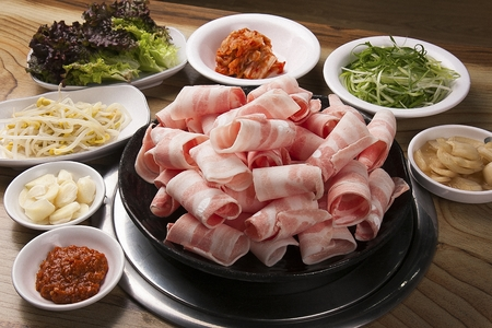 Korean barbecue Samgyeopsal, grilled think pork belly 版權商用圖片