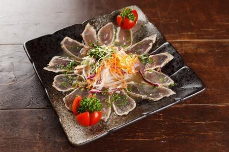 tuna tataki, slightly cooked tuna 版權商用圖片 - 108264371