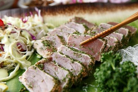 tuna tataki, slightly cooked tuna