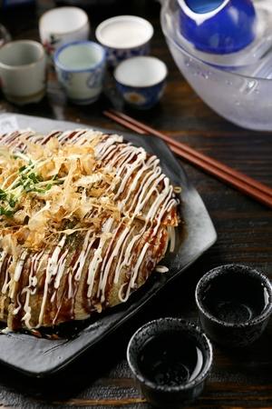 Okonomiyaki, Japanese style pancakes with bonitos 版權商用圖片