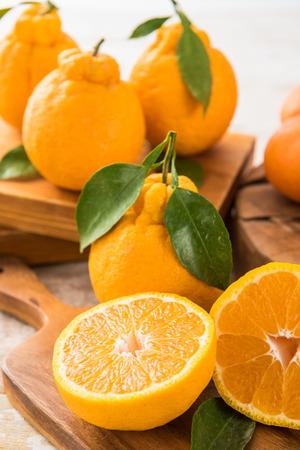 Jeju-stijl mandarijnen (Hanrabong) bovenop tafel Stockfoto