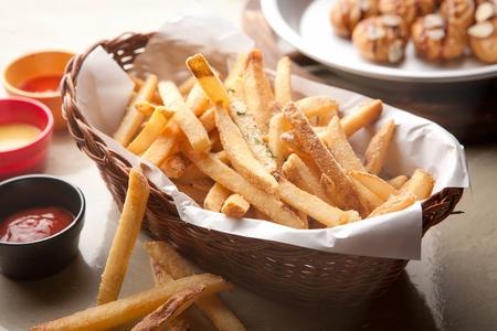 Patatine fritte e salsa in un cestino