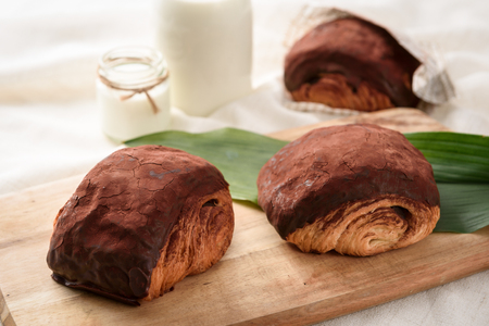 Snail-shaped chocolate croissant Imagens