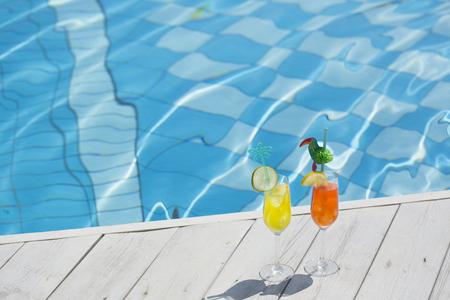 Photo de concept de vacances d'été. articles de vacances et accessoires de plage dans la piscine ou sur fond jaune. 169