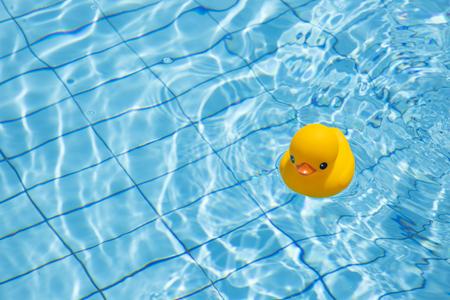 Photo de concept de vacances d'été. articles de vacances et accessoires de plage dans la piscine ou sur fond jaune.