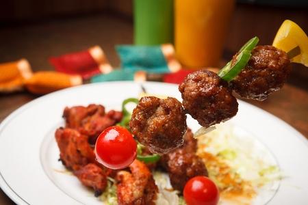 Tandoori gupta skewers, made of cherry tomatoes, meatballs, lemon Archivio Fotografico