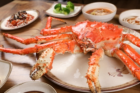 Steamed king crab in round plate