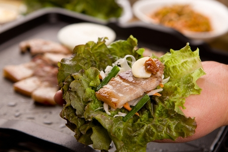 Onions, chives, pork belly, garlic, sauce wrapped in lettuce Stockfoto