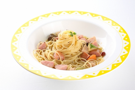 Sausage aglio e olio with sausages, on round plate Banco de Imagens
