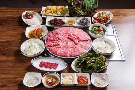 Beef chuck flap tail, vegetables, liver, abomasum, beef sashimi, side dishes on round plate