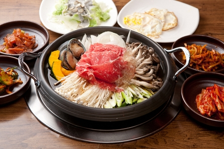 Abalones bulgogi stew with various vegetables such as mushrooms and sweet pumpkin, in pot 免版税图像