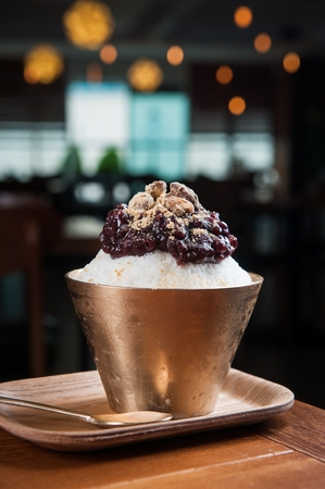 Adzuki beans shaved ice with korean traditional rice cakes and almonds in bowl Foto de archivo