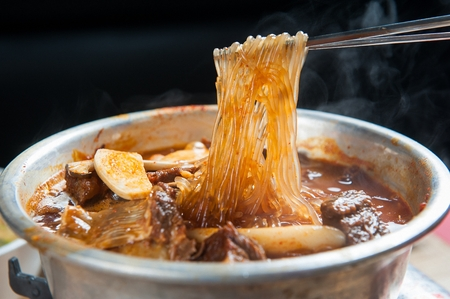 Braised beef ribs with mushrooms and glass noodles on plate 版權商用圖片