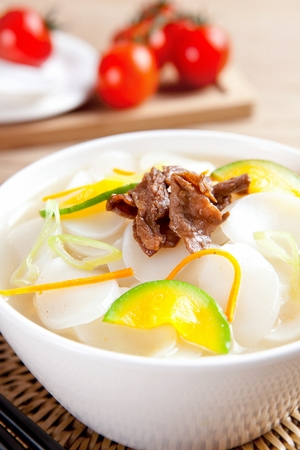 Rice cake soup with beef and green pumpkins, in bowl