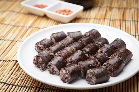 Koreanische Blutwurst serviert auf Teller auf Bambussprossen