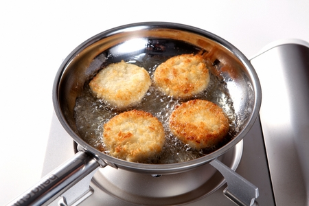 Cooking Method for Frying Croquette on pan on a burner Stockfoto