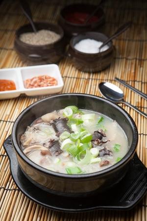 hot Sundae soup - Korean cuisine pork intestine soup with thinly sliced spring onions in Ttukbaegi, earthen pot Standard-Bild
