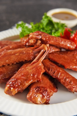 close-up shot of grilled chicken wings on plate Stockfoto